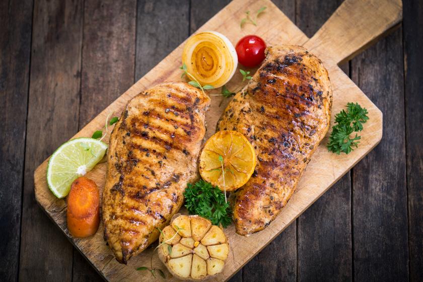 Kakukkfüves, fokhagymás csirkemell: sütőben és grillezve is isteni