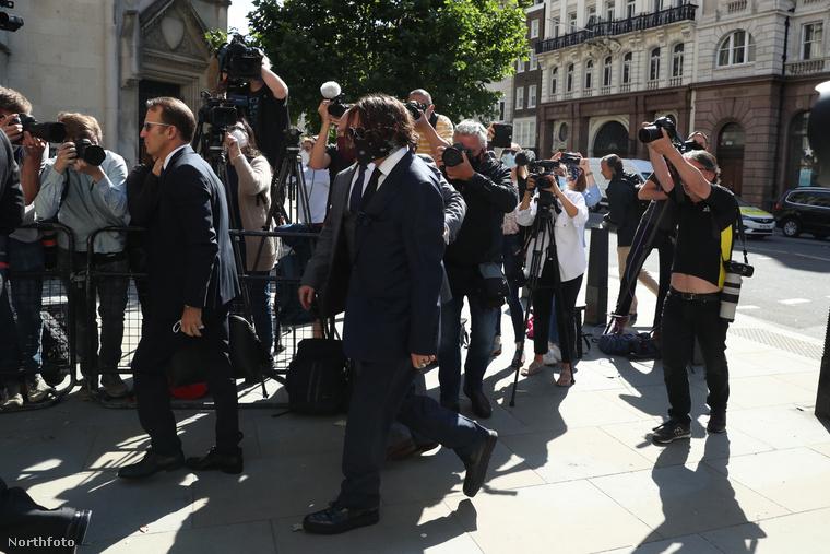 Ahogy tegnap írtuk, Johnny Deppnek a Sun ellen indított pere abba a szakaszba lépett, amikor a színész maga is megjelenik a londoni bíróságon