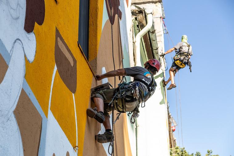 Ezen a képen a Színes Város Csoport művészei is meg vannak örökítve, akik 12 nap alatt 180 liter festék felhasználásával készítették el a 420 négyzetméteres művet.