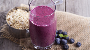 Áfonyás smoothie egy kis csavarral (na jó, spenóttal és zabpehellyel) – glutén-, tej-, tojás-, cukormentes, vegán recept