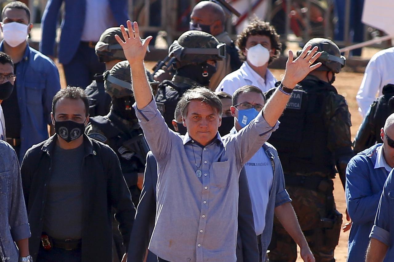 Június 5.Bolsonaro vidáman, két kézzel köszönti követőit egy kórház megnyitóján.