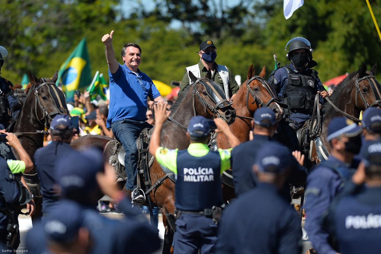 Május 31.Bolsonaro jókedvűen, maszk nélkül lovagol egy miatta tartott szimpátiatüntetésen.