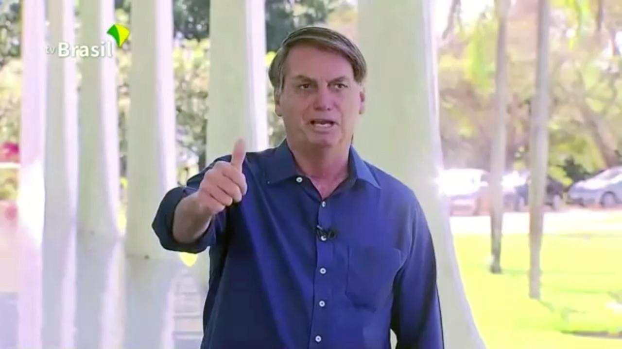 Július 7.Bolsonaro - maszk nélkül - bejelenti, hogy koronavírusos, de köszöni, jól van.