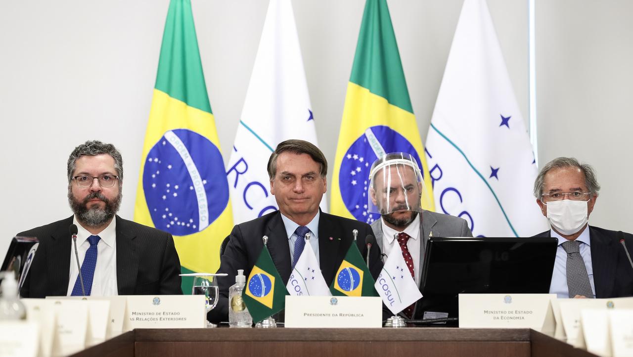 Július 2.A koronavírusról tárgyalnak Brazília vezetői. Egyiken pajzs, másikon maszk, Bolsonaronapró mosoly.