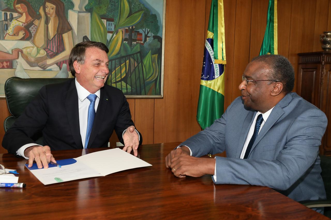 Június 26.Bolsonaro és az oktatási miniszter cseverészik.