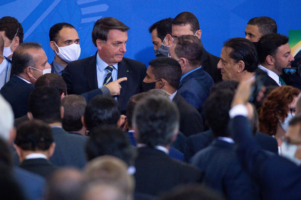 Június 17.Bolsonaro az új kommunikációs minisztere beiktatásán, egy kisebb tömeg közepén.