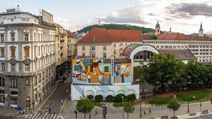 Jópofa, koronás-kovászos falfestmény borította be a Tűzoltóság épületét Pesten