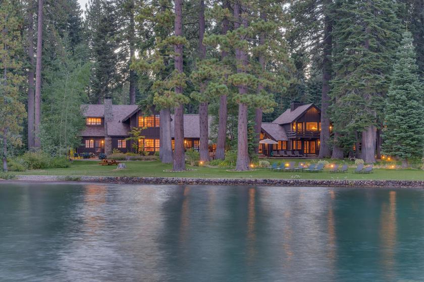 A két ingatlanja egymás szomszédságában található. Megnyugtató lehet itt az élet.