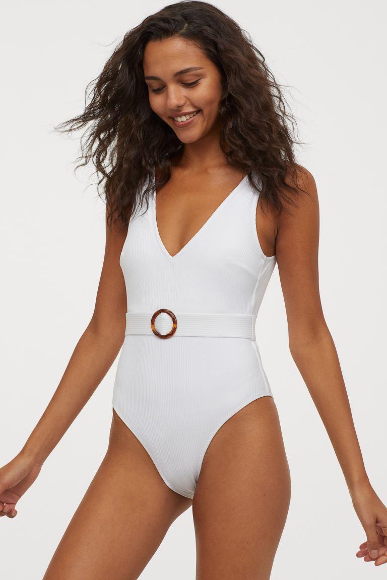 A H&M egyrészese nem csak nagyon nőies, de az övnek köszönhetően karcsúsít, és gyönyörű homokóra alakot varázsol. 8995 forintért vásárolhatod meg.