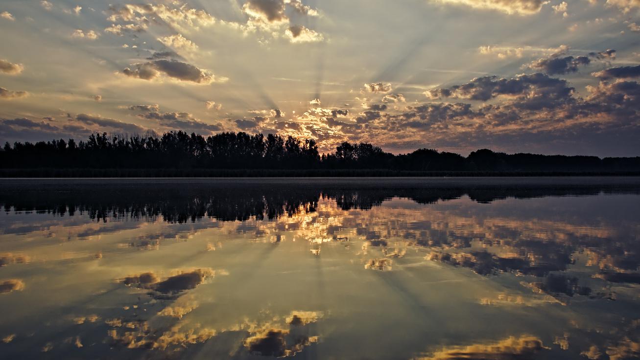 Eldugott, mégis gyönyörű tavacska, ahol fürödni is lehet: a Vadkerti-tónál nincs nagy tömeg