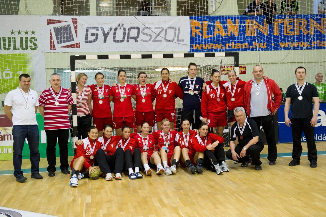 A második helyezett Debrecen csapata a kézilabda Duna Takarék női MK döntője a DVSC-Korvex - Gyõri Audi ETO KC találkozó után Győrben.
