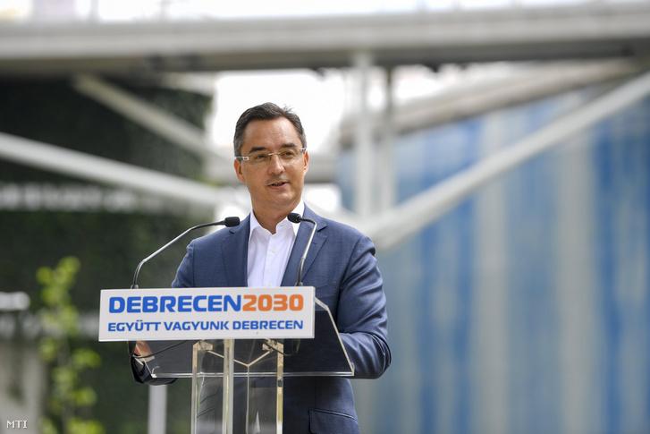 Papp László (Fidesz-KDNP) polgármester beszédet mond az új Aquaticum Debrecen Strand átadásán 2020. június 19-én.