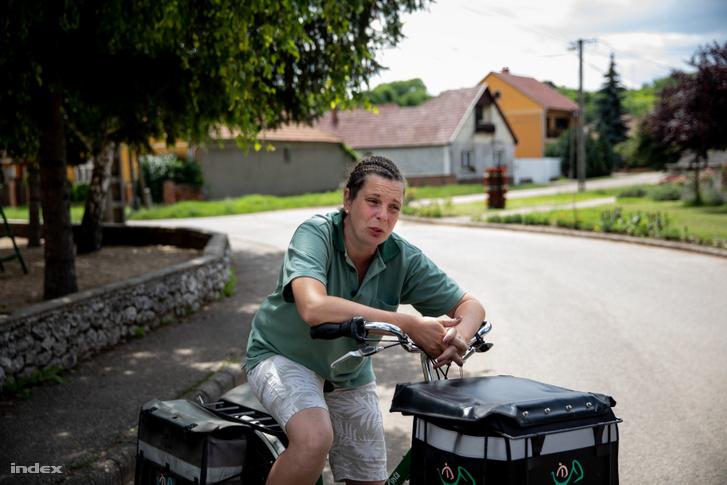 Ági Tardon él, a községben dolgozik postásként