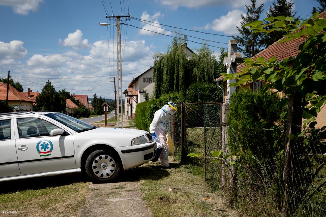 Tardon több ház előtt is találkozni lehetett a talpig beöltözött egészségügyi dolgozóval