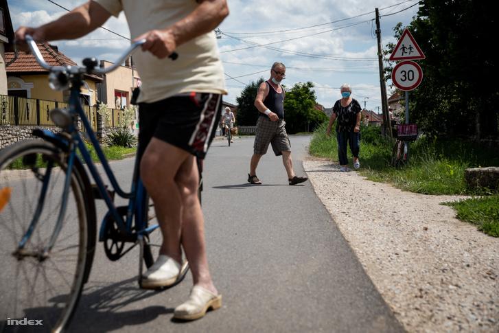 Ebédosztásra érkezők Tard községben