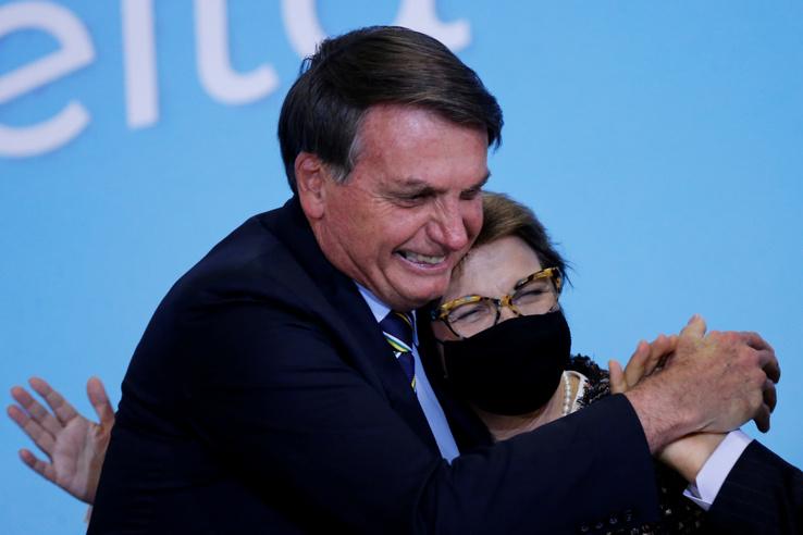 Június 17.Bolsonaro vidáman köszönti agrárminiszterét.