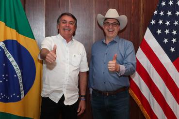 Július 4.Bolsonaro az amerikai nagykövetet köszönti, vidáman fotózkodnak.