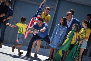 Május 3.Bolsonaro épp egy kisfiút vár ölelő kezeiközé, maszk nélkül. Mindezt egy tüntetésen, amit a lezárások ellen tartottak Brazíliában.