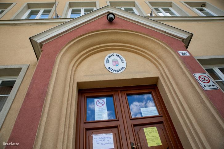 """""""Az intézmény július 27-ig nem látogatható!"""" - olvasható a mezőkövesdi négyes iskola ajtajára kifüggesztett papíron"""