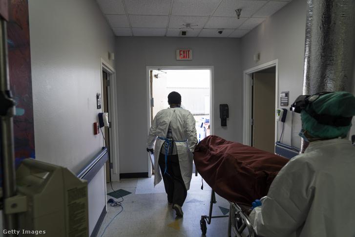 Hordágyon tolnak ki egy elhunyt beteget egy texasi kórházban. Az állam újranyitásával megugrott az új fertőzöttek száma, sok kórházban nincs elég ágy a sürgősségi osztályokon.
