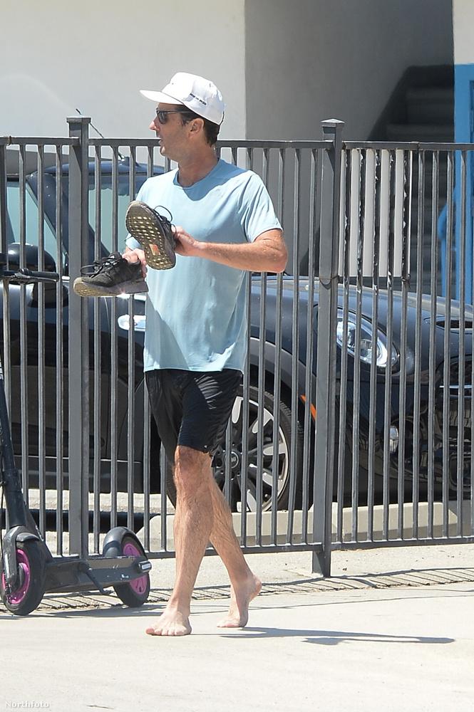 Akármi is volt a probléma a színész lábbelijével, úgy döntött, inkább leveszi magáról, és mezítláb sétál tovább