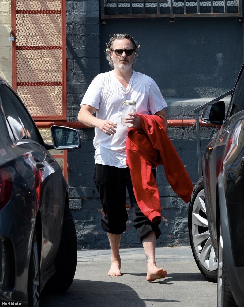 Joaquin Phoenix is sportol, vagy legalábbis sportolt: éppen azt láthatja, ahogy a színész mezítláb távozik karate órájáról