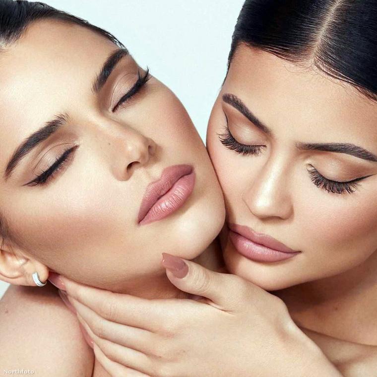 Kendall Jenner itt lehunyt szemmel természetesen nem azt élvezi, hogy húga érzékien cirógatja a nyakát, hanem azt, hogy milyen jól áll neki ez a smink!