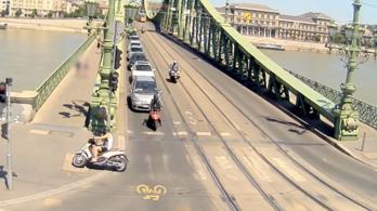 A Szabadság híd járdáján menekült a robogós a motoros rendőrök elől