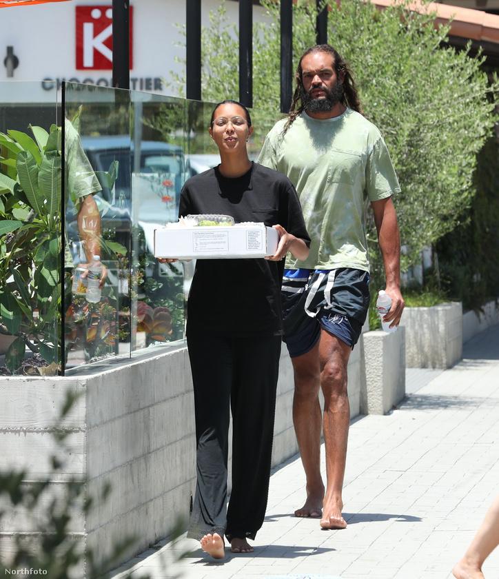 Joakim Noah kosárlabdajátékos és barátnője, a Victoria's Secret modellje, Lais Ribeiro is a mezítlábas sétára esküsznek