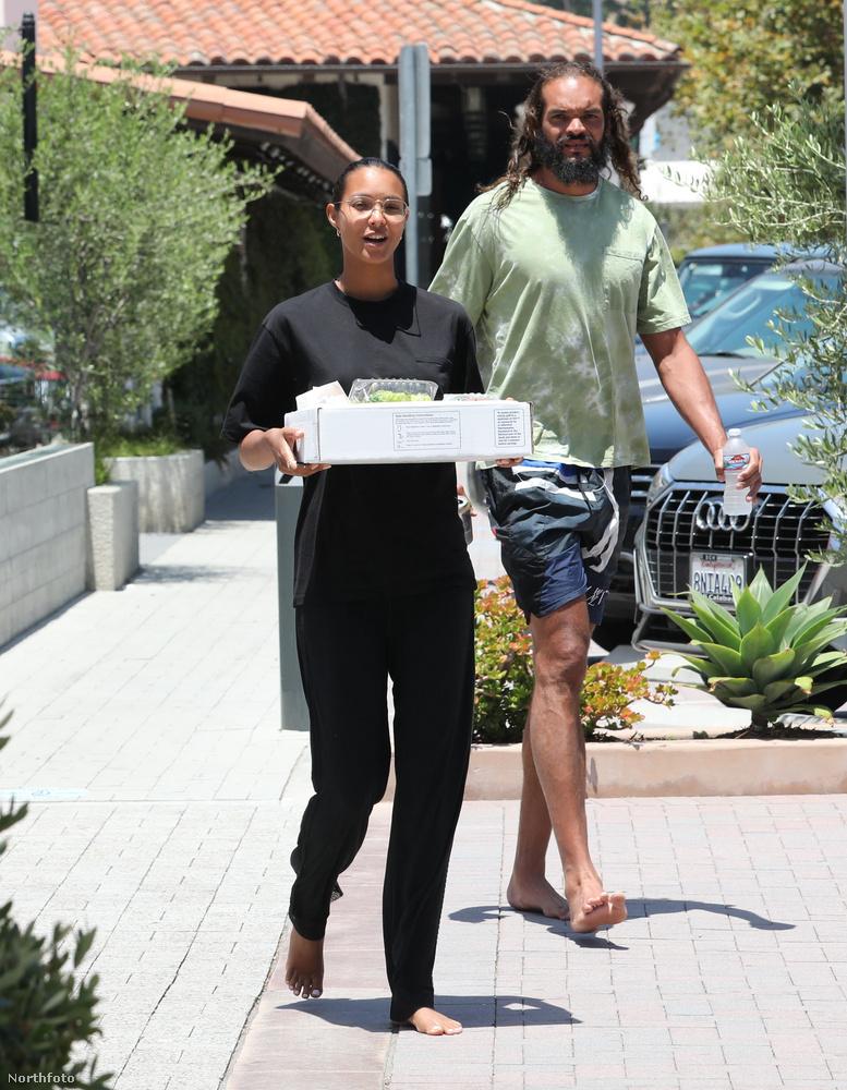 A Ribeiro kezében látható dobozból és annak tartalmából úgy tippeljük, egy gyors bevásárlást zongoráztak le a hírességek ilyen rendhagyó outfitben