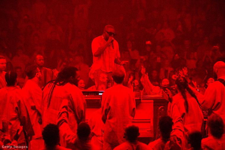 """Hisz az iskolai ima fontosságában, abban, hogy Istent féljék és szeressék egyszerre az iskolában - szerinte amióta nincs ilyen Chicagóban, mert """"az ördög szolgái"""" megszüntették, több a drog, a gyilkosság, az öngyilkosság.(Kanye West istentiszteletet tart Chicagóban)"""