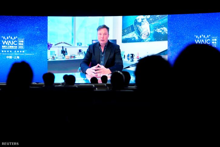 Elon Musk videóüzenetét nézik a jelenlévők a sanghaji WAIC konferencián 2020. július 9-én.