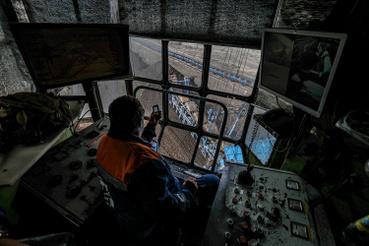 A bányagép irányítófülkéje. Telefon, CB-rádió, kamerák és klíma is segíti a munkát. A bányákban összesen 600-700 ember dolgozik négy műszakban, hétvégén és éjszaka is folyik a termelés. A munkások 70 százaléka Gyöngyösről, a többiek a környékbeli falvakból járnak dolgozni.