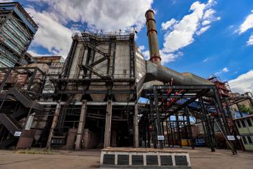 A Mátrai Erőmű Magyarország legnagyobb széntüzelésű erőműve. Bár teljesítményéhez az ország legnagyobb naperőműve, és két gázturbina is hozzájárul, az előállított energia nagy része még mindig a széntüzelésből származik. A környező bányákból vasúton és szállítószalagon érkező lignit egyszerűen kitermelhető, fűtőértéke viszont alacsony, égetési hatékonysága a legrosszabb a fosszilis tüzelőanyagok közül, Égése során ráadásul az egészségre jelentős mértékben ártalmas vegyi anyagok kerülnek a levegőbe.