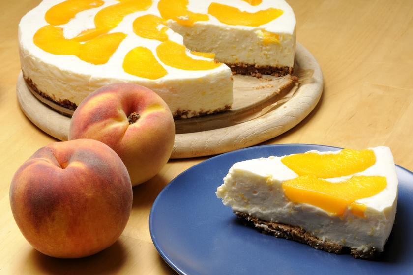 Túrós-barackos torta sütés nélkül: lágy, krémes, de nem émelyítő