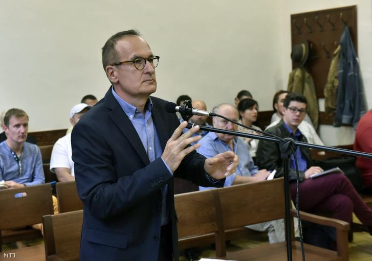 Simon Gábor volt szocialista országgyűlési képviselő államtitkár az MSZP egykori elnökhelyettese választmányi elnöke az ellene és társa ellen különösen nagy vagyoni hátrányt okozó költségvetési csalás bűntette miatt indult büntetőper tárgyalásán a Fővárosi Törvényszék tárgyalótermében 2016. szeptember 21-én.