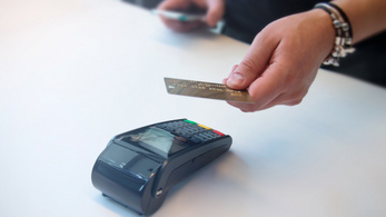 Megmaradhat a 15 ezer forintosra emelt limit az érintős fizetésnél