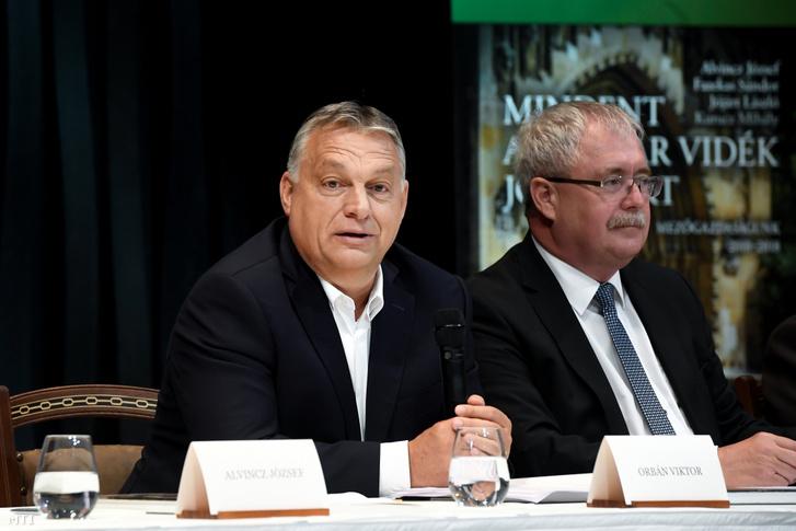 Orbán Viktor miniszterelnök (b) és Fazekas Sándor a földügyi szabályozás érvényesítésének koordinálásáért felelős kormánybiztos társszerző (j) a Mindent a magyar vidék jövőjéért című könyv bemutatóján a Karmelita kolostorban 2020. július 9-én.