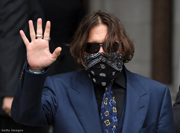Johnny Depp érkezik a tárgyalásra július 9-én