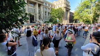 A pedofíliát büntető törvény szigorításáért tüntettek Budapesten