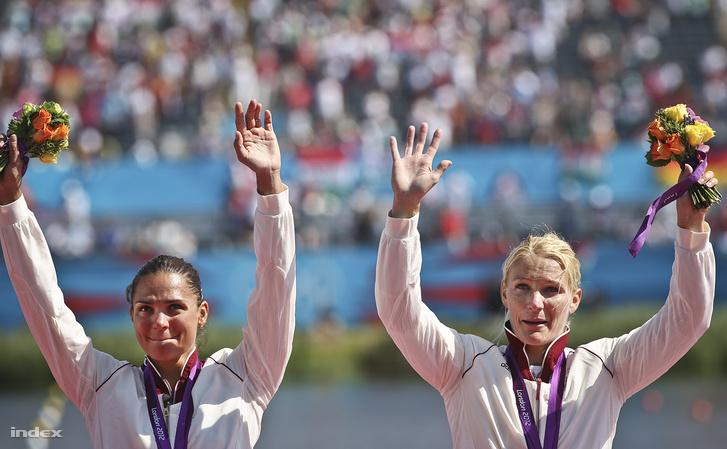 Kovács Katalin és Janics Natasa alondoni nyári olimpia eredményhirdetésén az Eton Dorney evezőspályán 2012. augusztus 8-án.