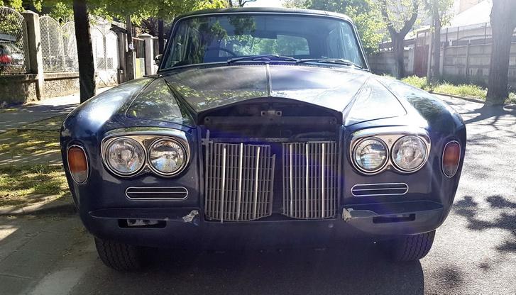 Íme egy ember, aki bátran Rolls-Royce-ozik