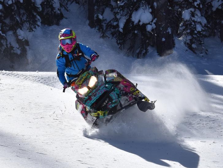 Van itt motor, hó, szán, jármű, ennyi összetevőből aztán nehéz épp a két jót kiválasztani a motoros szán megnevezéshez