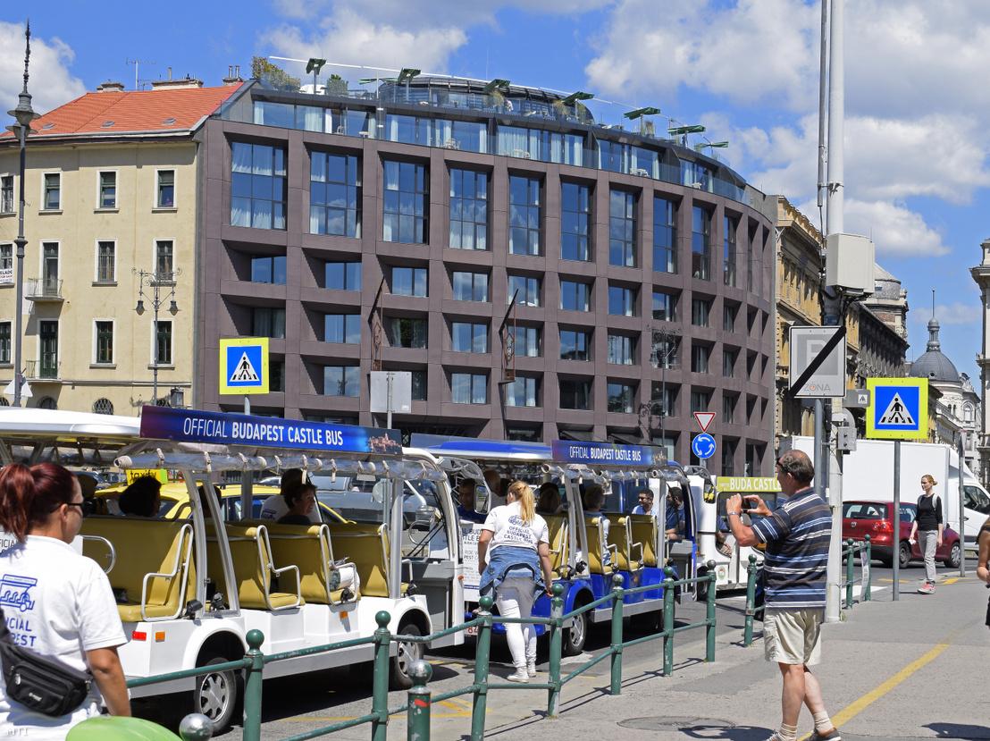 Turisták és kisbuszok a Clark Ádám téren háttérben a Hotel Clark Budapest