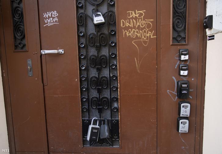 Airbnb szálláshelyek kulcsszéfjei egy ház kapuján Budapesten a Nagy Diófa utcában