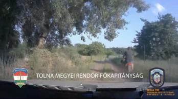 Videón, ahogy menekülő robogóst üldöznek a rendőrök Györkönyön