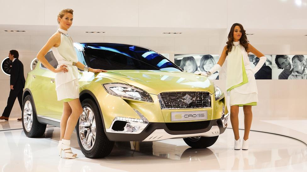 A Suzuki láthatatlanná próbálta tenni a hoszteszeket. Autó és ruha egybeolvad