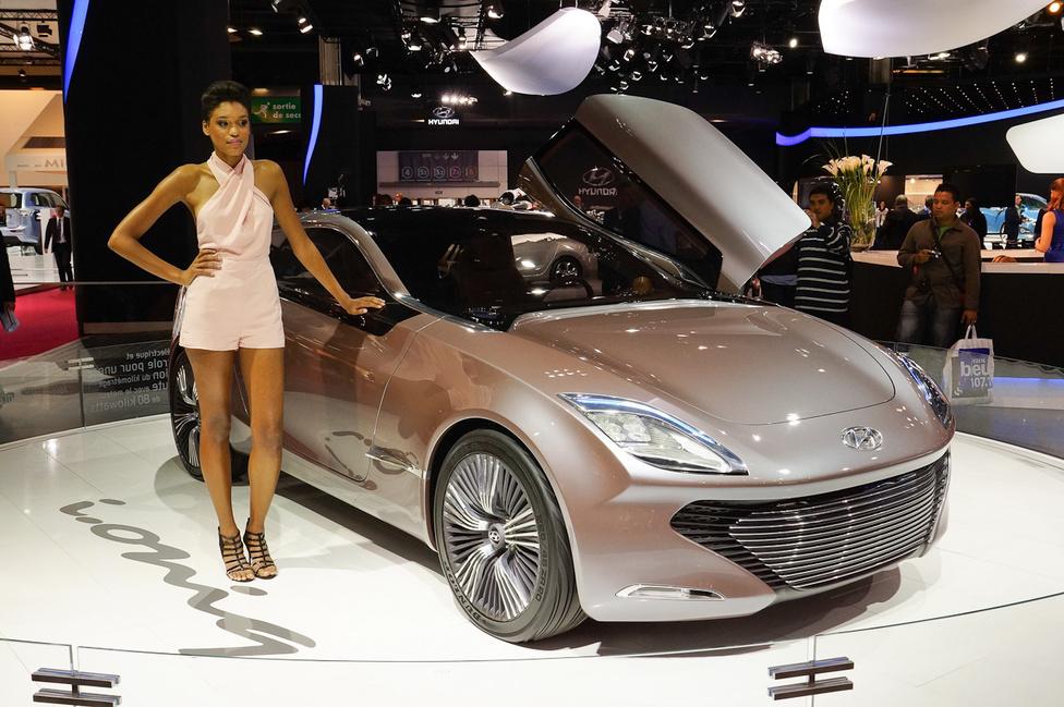 Jellegzetes koreai szépség a Hyundai prototípusa mellett