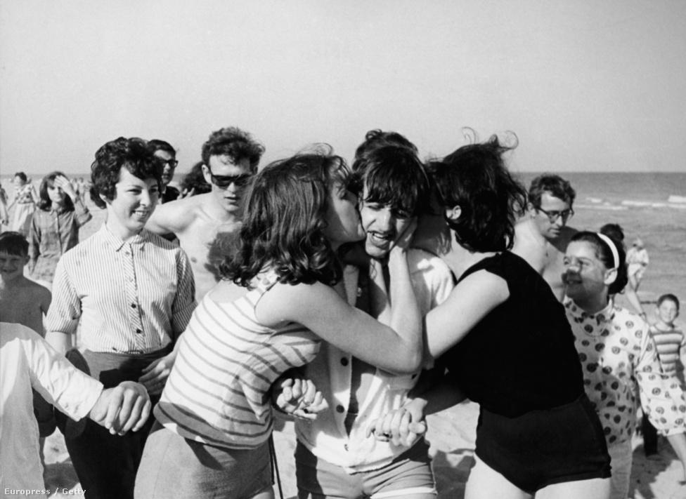 1964-ben a Beatlemánia már tombolt, így elég veszélyes volt csak úgy szabadon kószálniuk a zenészeknek. A tömeg hisztériája pillanatok alatt halálos fenyegetéssé válhatott. A képen Ringo Starr dobost halmozzák el csókokkal 1964-ben, Floridában.