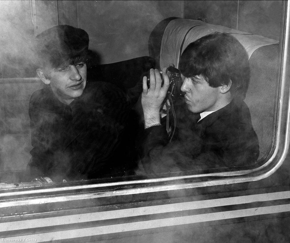 Paul McCartney Ringo Starrt fotózza az 1964-es amerikai turnén, a New York-Washington vonatúton.
